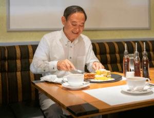 ホテルニューオータニのパンケーキを食べる菅さん