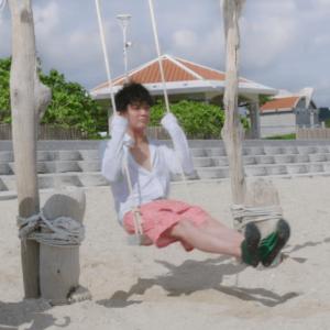 バチェロレッテの杉田陽平が沖縄の浜辺でブランコ