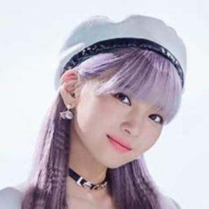 紫メッシュのマユカの髪色と髪型