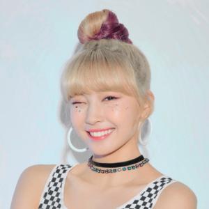 NiziUメンバーのアーティスト写真のマユカの髪型