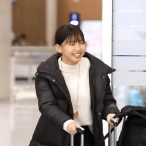韓国合宿に向う移動中のマユカの髪色と髪型
