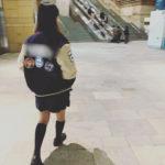 高校の制服とスタジャン姿のリマ