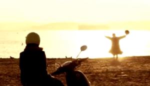 スクーターで富津海水浴場の海岸線に到着した潤之介と奈未