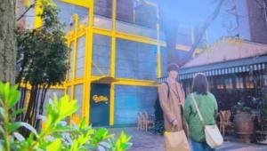 PapaseCAFE 広尾店の前の潤之介と奈未
