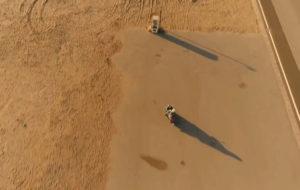 スクーターで富津海水浴場に到着した潤之介と奈未