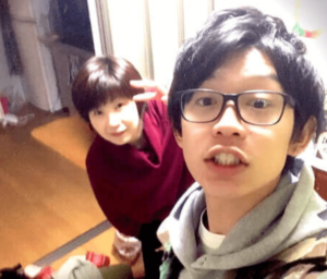 若い頃の川崎鷹也と実家の母親