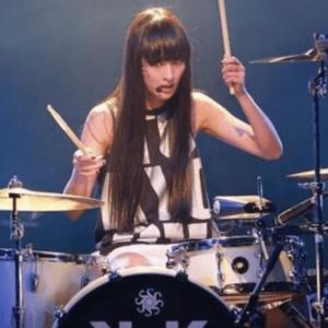 ドラム演奏するシシドカフカ