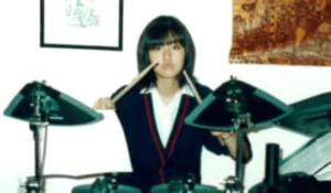 サイレントドラムを演奏する高校時代のシシドカフカ