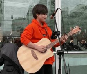 路上ライブ時代の優里のギター演奏画像
