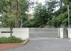 横浜市立元街小学校の正門