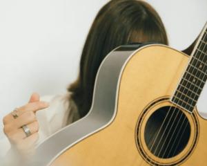 ギターで顔を隠すひらめ