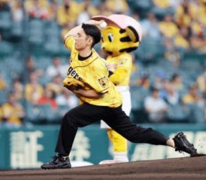 始球式で投球する間宮祥太朗