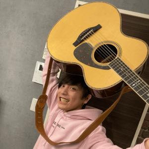 新しいギターを喜ぶ優里