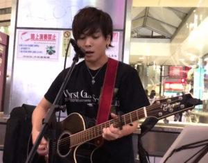 路上ライブ、優里のギター演奏画像(2019年10月9日 渋谷)