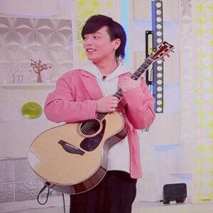 『スッキリ』出演でギターと抱えている優里