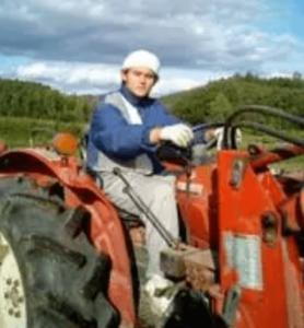 農場を作業をするemmaの長男