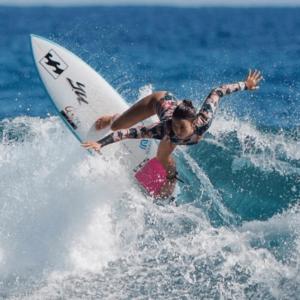 サーフィンをする松田詩野