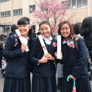 茅ヶ崎市立第一中学校の卒業式の松田詩野と友人2人