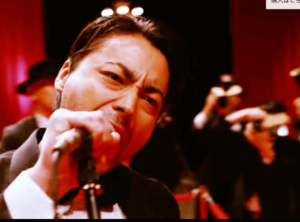 歌唱する山田孝之