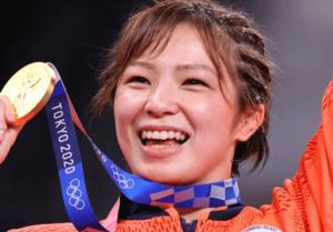 東京五輪の表彰式の川井友香子